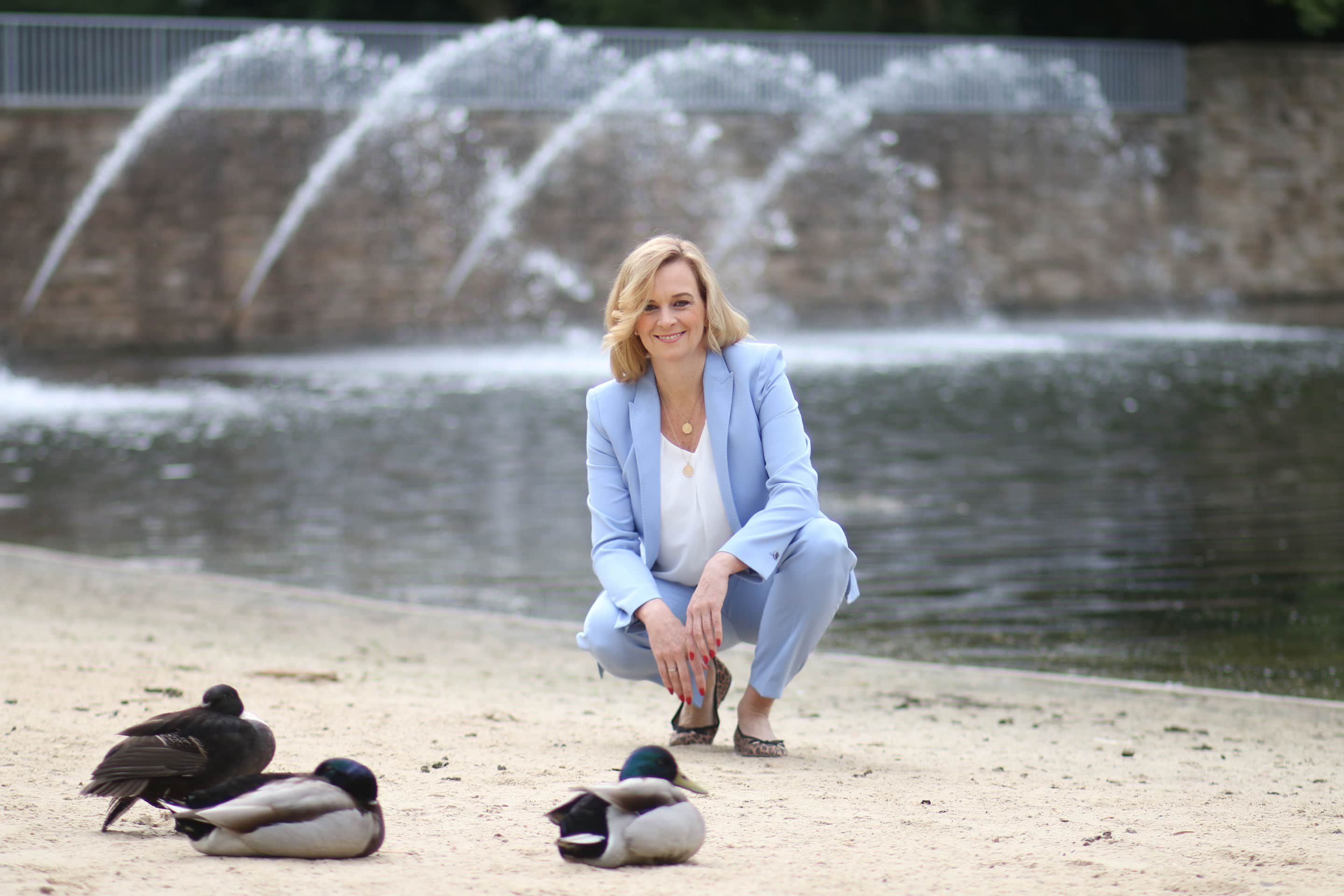 Pamela Westmeyer mit Enten am See