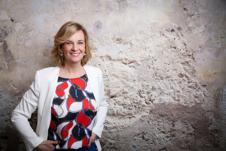 Pamela Westmeyer steht vor einer Steinmauer